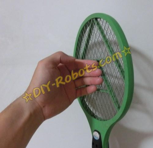 用手接触电蚊拍